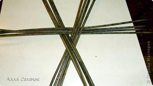 Здравствуйте рукодельницы Страны Мастеров!Сегодня попробовала сплести треугольное дно.И попутно сделала небольшой Мастер-класс.Вот что получилось у меня.Берем 3 раза по 4 трубочки.Укладываем крест накрест.Вот так фото 1