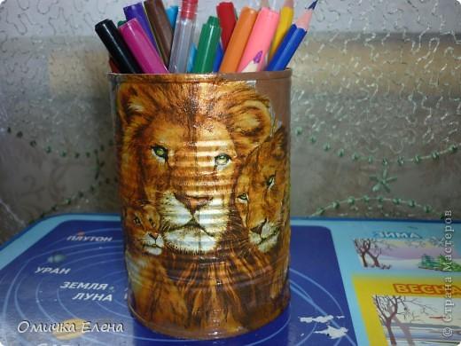 Карандашница получилась из баночки от ананасов плюс салфеточка.И вот у дочки уже новая баночка для карандашей.