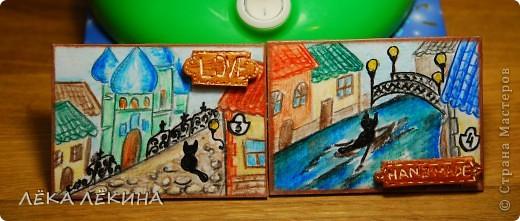 """Серия """"Старый город"""". Авторский рисунок акварельными карандашами. Края тонированы коричневой патиной. Некоторые элементы нарисованы объемным конуром -кошка, фонари, номер дома...сверху лак. Да и таблички из вчерашнего мастер-класса. Из глины. фото 3"""