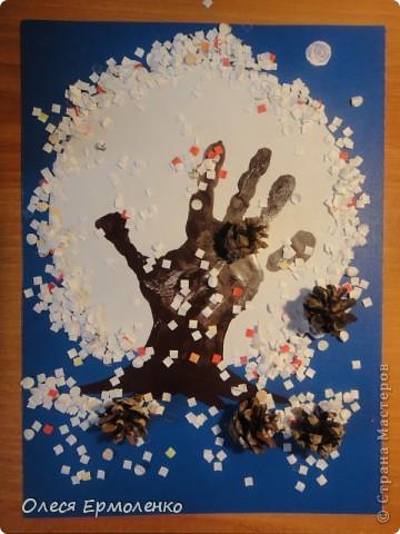 Я помню снег... Всем приветульки!На синий листок картона я приклеела белый кружок, а доча отпечатала ладонь и посыпала конфетти(снежок) положила рядом шишечки.Это для дочи немного другой угол восприятия, ведь пальчики это ветки)))Т.е. ей необходимо дофантазировать))))Развиваем фантазию и память на образ!