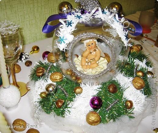 Святой вечер – преддверие превосходной рождественской трапезы. На празднично накрытом столе преобладают белый цвет и зелень елей. Рождественский стол, за которым на трапезу собирается вся семья, - кульминация рождественского вечера. А потому и украшение стола должно соответствовать значению и таинству самого праздника.  фото 2