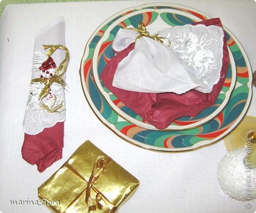 Святой вечер – преддверие превосходной рождественской трапезы. На празднично накрытом столе преобладают белый цвет и зелень елей. Рождественский стол, за которым на трапезу собирается вся семья, - кульминация рождественского вечера. А потому и украшение стола должно соответствовать значению и таинству самого праздника.  фото 3