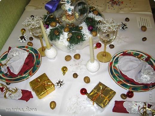 Святой вечер – преддверие превосходной рождественской трапезы. На празднично накрытом столе преобладают белый цвет и зелень елей. Рождественский стол, за которым на трапезу собирается вся семья, - кульминация рождественского вечера. А потому и украшение стола должно соответствовать значению и таинству самого праздника.  фото 5