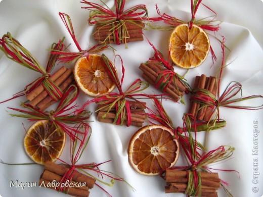 Вот такой набор  из ароматных пряников,  колечек апельсина и вязанок корицы у меня получился. Не хватает только запаха еловых веточек... и можно встречать Новый Год.  фото 10