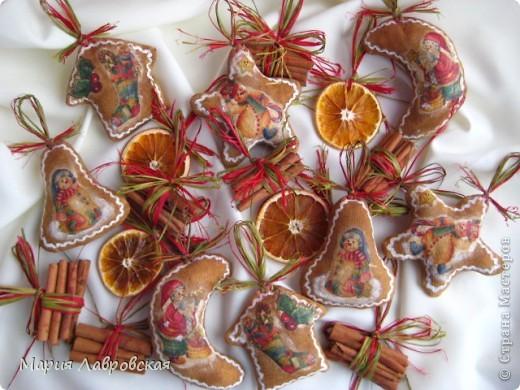 Вот такой набор  из ароматных пряников,  колечек апельсина и вязанок корицы у меня получился. Не хватает только запаха еловых веточек... и можно встречать Новый Год.  фото 1