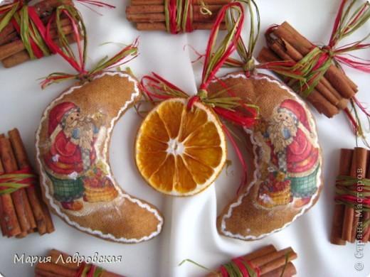 Вот такой набор  из ароматных пряников,  колечек апельсина и вязанок корицы у меня получился. Не хватает только запаха еловых веточек... и можно встречать Новый Год.  фото 2