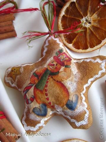 Вот такой набор  из ароматных пряников,  колечек апельсина и вязанок корицы у меня получился. Не хватает только запаха еловых веточек... и можно встречать Новый Год.  фото 5