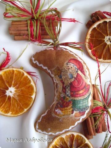 Вот такой набор  из ароматных пряников,  колечек апельсина и вязанок корицы у меня получился. Не хватает только запаха еловых веточек... и можно встречать Новый Год.  фото 3