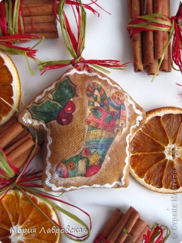 Вот такой набор  из ароматных пряников,  колечек апельсина и вязанок корицы у меня получился. Не хватает только запаха еловых веточек... и можно встречать Новый Год.  фото 9