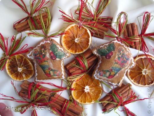 Вот такой набор  из ароматных пряников,  колечек апельсина и вязанок корицы у меня получился. Не хватает только запаха еловых веточек... и можно встречать Новый Год.  фото 8