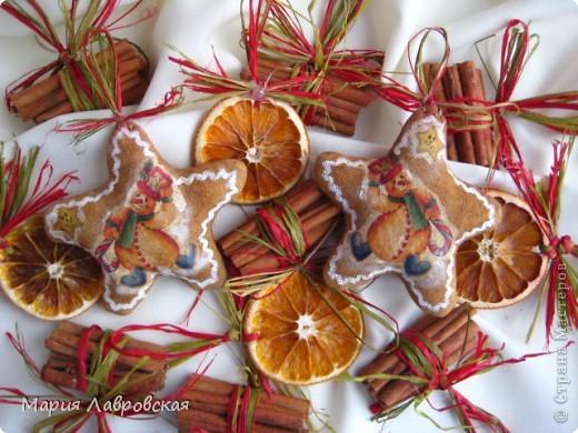 Вот такой набор  из ароматных пряников,  колечек апельсина и вязанок корицы у меня получился. Не хватает только запаха еловых веточек... и можно встречать Новый Год.  фото 4