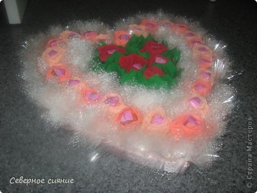 Сделали с детьми сладкое сердце в подарок на день рождения директору. Размер его 50 на 50 см., т.е. потолочная плитка. Толстого пенопласта у нас не было и мы склеили 8 потолочных плиток. фото 1