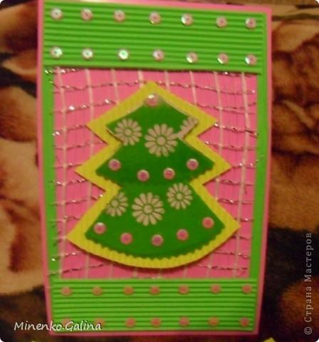 При изготовлении были использованы сетка  и обёрточная плёнка для упаковки букетов, гофрированный картон, пайетки. фото 3