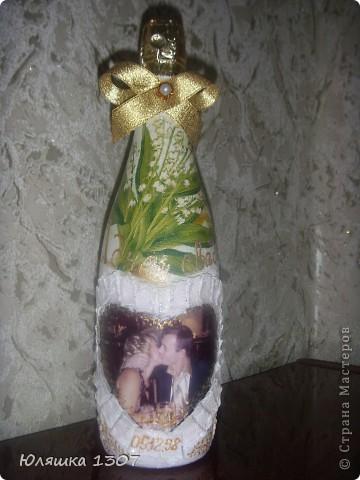 Сделала своей подружке на ее годовщину свадьбы вот такую бутылочку,она сейчас в пути посылкой уехала.13 годовщина совместной жизни.кружевная (ландышевая) свадьба.вот и пригодились мои салфеточки с ландышами.а так же присутствуют и кружева. фото 1