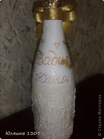 Сделала своей подружке на ее годовщину свадьбы вот такую бутылочку,она сейчас в пути посылкой уехала.13 годовщина совместной жизни.кружевная (ландышевая) свадьба.вот и пригодились мои салфеточки с ландышами.а так же присутствуют и кружева. фото 2