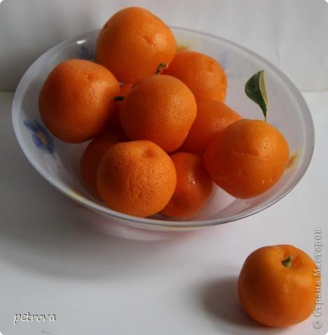 Спрашивают - какие на вкус мандарины, выращенные на балконе. Если посмотрите этот репортаж до конца - увидите.   Вот они какие красивые ...   фото 6