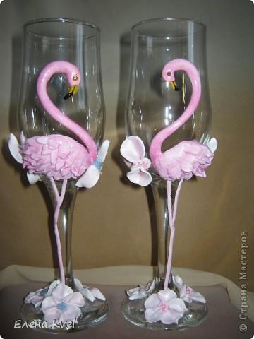 Идея сделать на свадебных бокалах Фламинго принадлежит моему мужу, а воплощение моё. Вот такой у нас тандем получился)))) фото 1