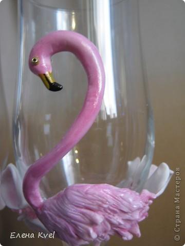 Идея сделать на свадебных бокалах Фламинго принадлежит моему мужу, а воплощение моё. Вот такой у нас тандем получился)))) фото 3