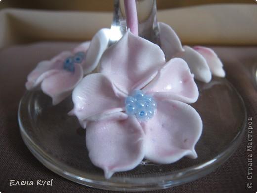 Идея сделать на свадебных бокалах Фламинго принадлежит моему мужу, а воплощение моё. Вот такой у нас тандем получился)))) фото 4