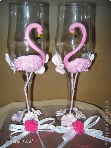 Идея сделать на свадебных бокалах Фламинго принадлежит моему мужу, а воплощение моё. Вот такой у нас тандем получился)))) фото 9