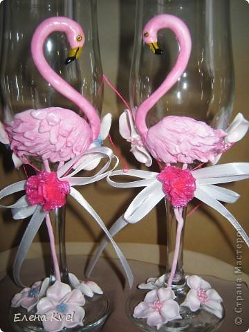 Идея сделать на свадебных бокалах Фламинго принадлежит моему мужу, а воплощение моё. Вот такой у нас тандем получился)))) фото 10