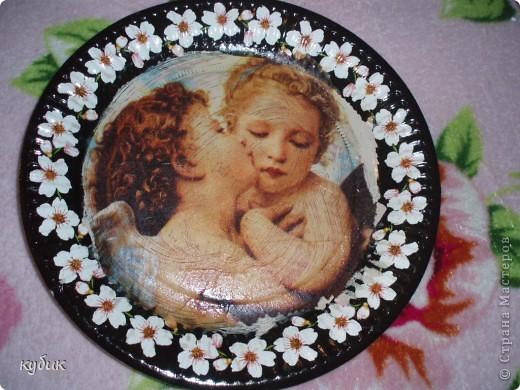 вот такие  тарелочки я сделала для сестры.Огромное спасибо девочкам за салфеточки!!!!!!!!!!!!!!!!!Эту пыталась сделать как картину , состарить немного фото 1