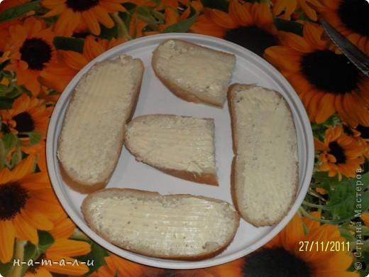Предлагаю попробовать несложный, но вкусный бутерброд. Продукты:- батон                  - сливочное масло                  - чеснок                  - шампиньоны                  - сыр     фото 5