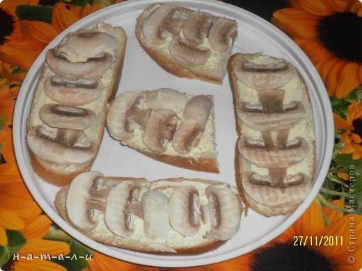 Предлагаю попробовать несложный, но вкусный бутерброд. Продукты:- батон                  - сливочное масло                  - чеснок                  - шампиньоны                  - сыр     фото 6