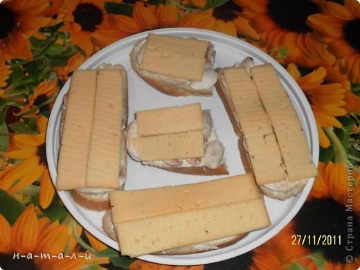 Предлагаю попробовать несложный, но вкусный бутерброд. Продукты:- батон                  - сливочное масло                  - чеснок                  - шампиньоны                  - сыр     фото 7