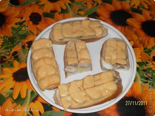 Предлагаю попробовать несложный, но вкусный бутерброд. Продукты:- батон                  - сливочное масло                  - чеснок                  - шампиньоны                  - сыр     фото 8
