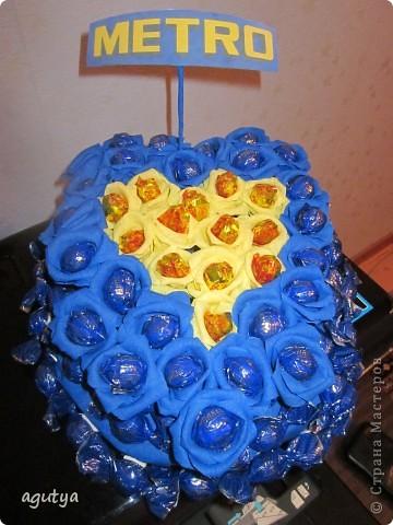 На свой День Рождения сделала на работу сладкий букетик в корпоративных цветах. Но кушать его не решились, теперь он украшает кабинет директора) фото 1