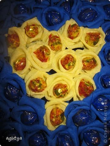 На свой День Рождения сделала на работу сладкий букетик в корпоративных цветах. Но кушать его не решились, теперь он украшает кабинет директора) фото 5