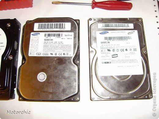 """Если у вас сломался жесткий диск и его не восстановить - то, как в анекдоте, можно из него получить пепельницу, зеркальце и магнитик:) На самом деле, получить можно НАМНОГО больше, и я вам сейчас расскажу, как это сделать и что там есть интересного. Если у вас нет неисправного жесткого диска (винчестера) - не расстраивайтесь, обратитесь к друзьям-компьютерщикам, прсото к друзьям, или в любой сервисный центр компьютерной техники, у них точно должны быть такие экземпляры (обычно в мастерских мужчинам лень выбрасывать старый хлам). Чем """"старше"""" диск, тем лучше: раньше материала и всяких штучек не жалели. фото 4"""