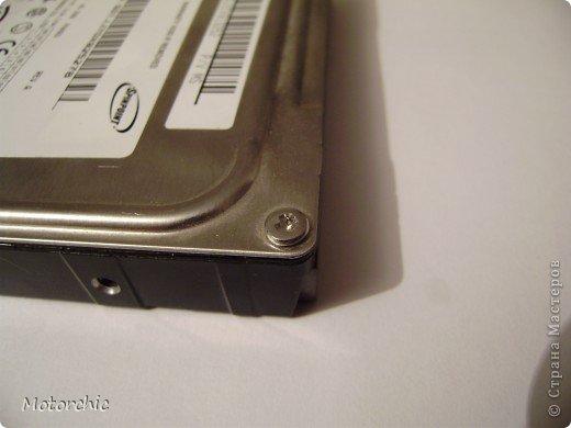 """Если у вас сломался жесткий диск и его не восстановить - то, как в анекдоте, можно из него получить пепельницу, зеркальце и магнитик:) На самом деле, получить можно НАМНОГО больше, и я вам сейчас расскажу, как это сделать и что там есть интересного. Если у вас нет неисправного жесткого диска (винчестера) - не расстраивайтесь, обратитесь к друзьям-компьютерщикам, прсото к друзьям, или в любой сервисный центр компьютерной техники, у них точно должны быть такие экземпляры (обычно в мастерских мужчинам лень выбрасывать старый хлам). Чем """"старше"""" диск, тем лучше: раньше материала и всяких штучек не жалели. фото 5"""