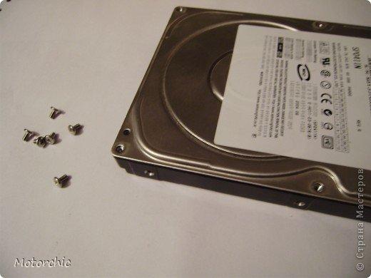 """Если у вас сломался жесткий диск и его не восстановить - то, как в анекдоте, можно из него получить пепельницу, зеркальце и магнитик:) На самом деле, получить можно НАМНОГО больше, и я вам сейчас расскажу, как это сделать и что там есть интересного. Если у вас нет неисправного жесткого диска (винчестера) - не расстраивайтесь, обратитесь к друзьям-компьютерщикам, прсото к друзьям, или в любой сервисный центр компьютерной техники, у них точно должны быть такие экземпляры (обычно в мастерских мужчинам лень выбрасывать старый хлам). Чем """"старше"""" диск, тем лучше: раньше материала и всяких штучек не жалели. фото 6"""