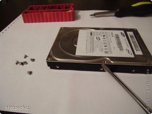 """Если у вас сломался жесткий диск и его не восстановить - то, как в анекдоте, можно из него получить пепельницу, зеркальце и магнитик:) На самом деле, получить можно НАМНОГО больше, и я вам сейчас расскажу, как это сделать и что там есть интересного. Если у вас нет неисправного жесткого диска (винчестера) - не расстраивайтесь, обратитесь к друзьям-компьютерщикам, прсото к друзьям, или в любой сервисный центр компьютерной техники, у них точно должны быть такие экземпляры (обычно в мастерских мужчинам лень выбрасывать старый хлам). Чем """"старше"""" диск, тем лучше: раньше материала и всяких штучек не жалели. фото 7"""