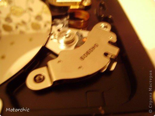 """Если у вас сломался жесткий диск и его не восстановить - то, как в анекдоте, можно из него получить пепельницу, зеркальце и магнитик:) На самом деле, получить можно НАМНОГО больше, и я вам сейчас расскажу, как это сделать и что там есть интересного. Если у вас нет неисправного жесткого диска (винчестера) - не расстраивайтесь, обратитесь к друзьям-компьютерщикам, прсото к друзьям, или в любой сервисный центр компьютерной техники, у них точно должны быть такие экземпляры (обычно в мастерских мужчинам лень выбрасывать старый хлам). Чем """"старше"""" диск, тем лучше: раньше материала и всяких штучек не жалели. фото 11"""
