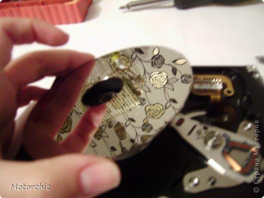 """Если у вас сломался жесткий диск и его не восстановить - то, как в анекдоте, можно из него получить пепельницу, зеркальце и магнитик:) На самом деле, получить можно НАМНОГО больше, и я вам сейчас расскажу, как это сделать и что там есть интересного. Если у вас нет неисправного жесткого диска (винчестера) - не расстраивайтесь, обратитесь к друзьям-компьютерщикам, прсото к друзьям, или в любой сервисный центр компьютерной техники, у них точно должны быть такие экземпляры (обычно в мастерских мужчинам лень выбрасывать старый хлам). Чем """"старше"""" диск, тем лучше: раньше материала и всяких штучек не жалели. фото 13"""