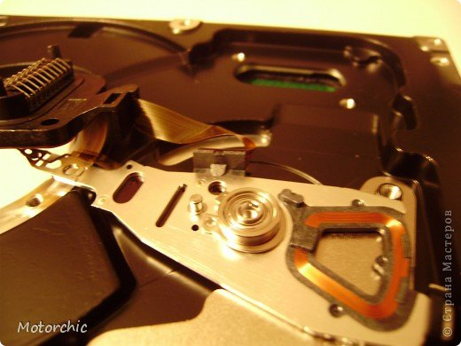 """Если у вас сломался жесткий диск и его не восстановить - то, как в анекдоте, можно из него получить пепельницу, зеркальце и магнитик:) На самом деле, получить можно НАМНОГО больше, и я вам сейчас расскажу, как это сделать и что там есть интересного. Если у вас нет неисправного жесткого диска (винчестера) - не расстраивайтесь, обратитесь к друзьям-компьютерщикам, прсото к друзьям, или в любой сервисный центр компьютерной техники, у них точно должны быть такие экземпляры (обычно в мастерских мужчинам лень выбрасывать старый хлам). Чем """"старше"""" диск, тем лучше: раньше материала и всяких штучек не жалели. фото 15"""