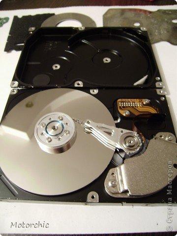 """Если у вас сломался жесткий диск и его не восстановить - то, как в анекдоте, можно из него получить пепельницу, зеркальце и магнитик:) На самом деле, получить можно НАМНОГО больше, и я вам сейчас расскажу, как это сделать и что там есть интересного. Если у вас нет неисправного жесткого диска (винчестера) - не расстраивайтесь, обратитесь к друзьям-компьютерщикам, прсото к друзьям, или в любой сервисный центр компьютерной техники, у них точно должны быть такие экземпляры (обычно в мастерских мужчинам лень выбрасывать старый хлам). Чем """"старше"""" диск, тем лучше: раньше материала и всяких штучек не жалели. фото 23"""