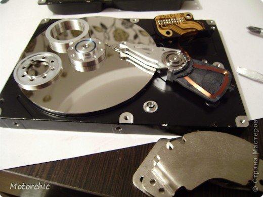 """Если у вас сломался жесткий диск и его не восстановить - то, как в анекдоте, можно из него получить пепельницу, зеркальце и магнитик:) На самом деле, получить можно НАМНОГО больше, и я вам сейчас расскажу, как это сделать и что там есть интересного. Если у вас нет неисправного жесткого диска (винчестера) - не расстраивайтесь, обратитесь к друзьям-компьютерщикам, прсото к друзьям, или в любой сервисный центр компьютерной техники, у них точно должны быть такие экземпляры (обычно в мастерских мужчинам лень выбрасывать старый хлам). Чем """"старше"""" диск, тем лучше: раньше материала и всяких штучек не жалели. фото 24"""