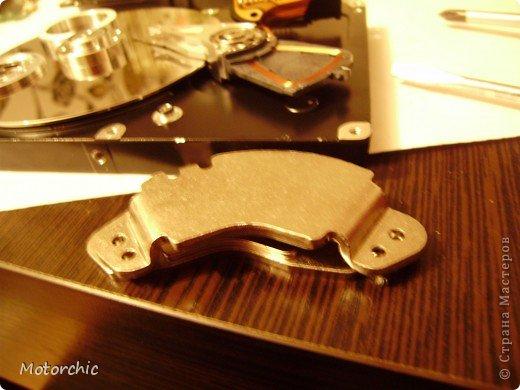 """Если у вас сломался жесткий диск и его не восстановить - то, как в анекдоте, можно из него получить пепельницу, зеркальце и магнитик:) На самом деле, получить можно НАМНОГО больше, и я вам сейчас расскажу, как это сделать и что там есть интересного. Если у вас нет неисправного жесткого диска (винчестера) - не расстраивайтесь, обратитесь к друзьям-компьютерщикам, прсото к друзьям, или в любой сервисный центр компьютерной техники, у них точно должны быть такие экземпляры (обычно в мастерских мужчинам лень выбрасывать старый хлам). Чем """"старше"""" диск, тем лучше: раньше материала и всяких штучек не жалели. фото 25"""