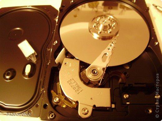 """Если у вас сломался жесткий диск и его не восстановить - то, как в анекдоте, можно из него получить пепельницу, зеркальце и магнитик:) На самом деле, получить можно НАМНОГО больше, и я вам сейчас расскажу, как это сделать и что там есть интересного. Если у вас нет неисправного жесткого диска (винчестера) - не расстраивайтесь, обратитесь к друзьям-компьютерщикам, прсото к друзьям, или в любой сервисный центр компьютерной техники, у них точно должны быть такие экземпляры (обычно в мастерских мужчинам лень выбрасывать старый хлам). Чем """"старше"""" диск, тем лучше: раньше материала и всяких штучек не жалели. фото 29"""