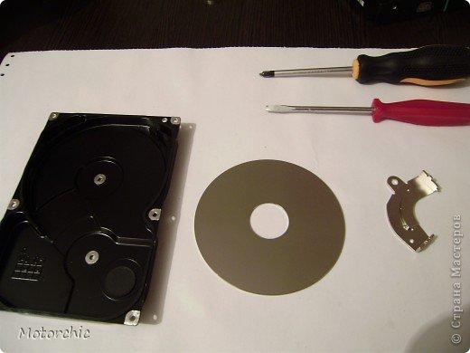 """Если у вас сломался жесткий диск и его не восстановить - то, как в анекдоте, можно из него получить пепельницу, зеркальце и магнитик:) На самом деле, получить можно НАМНОГО больше, и я вам сейчас расскажу, как это сделать и что там есть интересного. Если у вас нет неисправного жесткого диска (винчестера) - не расстраивайтесь, обратитесь к друзьям-компьютерщикам, прсото к друзьям, или в любой сервисный центр компьютерной техники, у них точно должны быть такие экземпляры (обычно в мастерских мужчинам лень выбрасывать старый хлам). Чем """"старше"""" диск, тем лучше: раньше материала и всяких штучек не жалели. фото 1"""