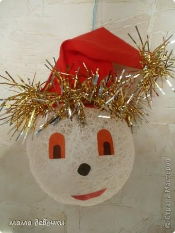 Девочки помогите, дочка попросила снеговика, мы вчера шарики обмотали ниточками, утром спустили шарик, а как то все плохо получилось, один шарик получше, из него решили сделать гномика, а вот другой шарик, ужасный. Что не так??? нитки №10, клей ПВА.  фото 1