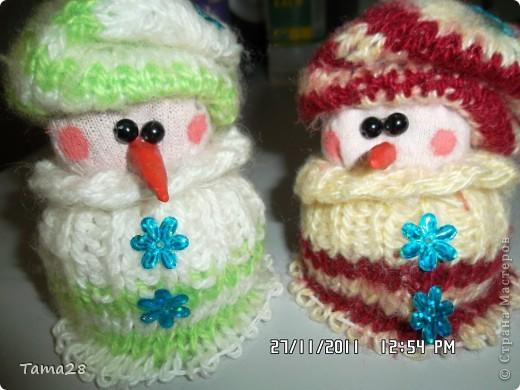 """Спасибо тем,кто придумал делать снеговичков из носков.Вот такие""""вязаные"""" снеговички получились у меня.тело-носки простые.одежка- носки вязаные.Сами тельца набиты крупой. фото 1"""