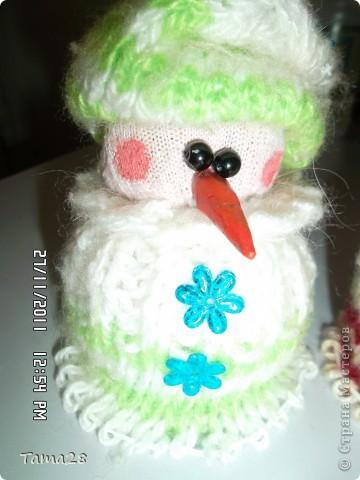 """Спасибо тем,кто придумал делать снеговичков из носков.Вот такие""""вязаные"""" снеговички получились у меня.тело-носки простые.одежка- носки вязаные.Сами тельца набиты крупой. фото 2"""