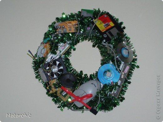 Новый год приближается, а рождественского венка у вас еще нет? Не беда!:) Для его изготовления можно вообще обойтись без затрат (или практически без затрат).