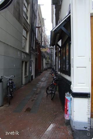 Итак, продолжим нашу прогулку по Амстердаму... Улицы узкие везде, поэтому очень много маааленьких автомобилей и , конечно, велосипедов... фото 1