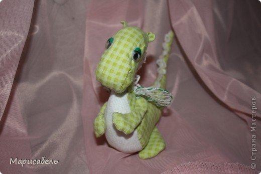 После долгих проб и ошибок родились вот такие милые дракончики.  Шила в ручную из трикотажной ткани. Наполняла зеленого ватой, но не понравилась, поэтому для синего купила синтепон. фото 4